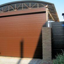 Секционные ворота на въезде во двор и калитка